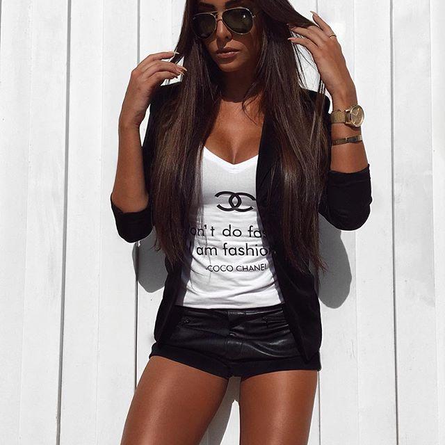 """""""I don't do fashion, I'm fashion - COCO CHANEL"""" T-shirt linda da @rosajambolovers! A marca vende atacado e varejo, e envia para todo Brasil. ♡"""