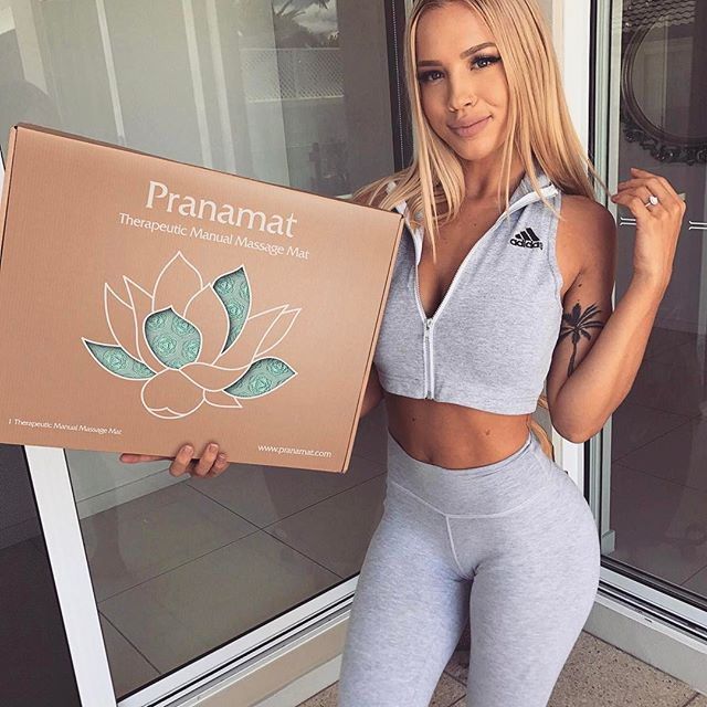 This @pranamat massage set is something I've been dying to try 😍 I don't talk too much about mum aches, but let's just say the struggle is real! The Pranamat has these massage flowers which press into your skin and stimulate blood flow. It eliminates muscle aches from your body and naturally boosts your energy💥 You can just take 15 minutes me time on Pranamat, then get back to work! #pranamat #mypranamat