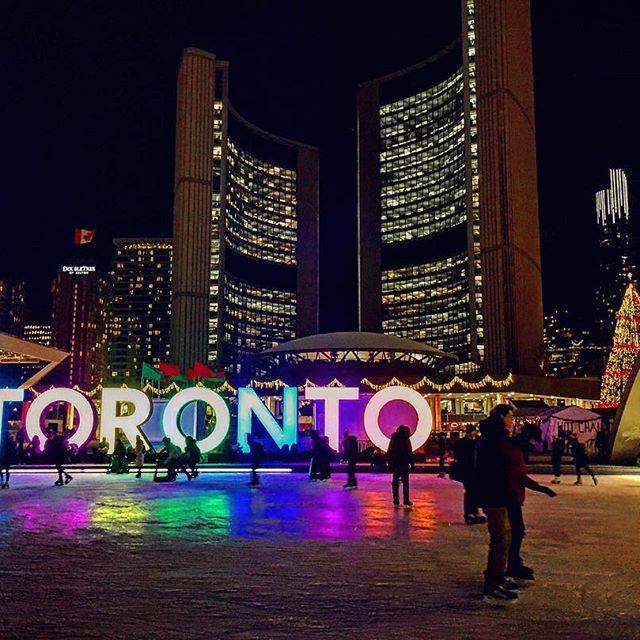 ☃️ #SkateNight ⛸ #NathanPhillipsSquare 🇨🇦 #Toronto ❤️💛💚💙💜💗
