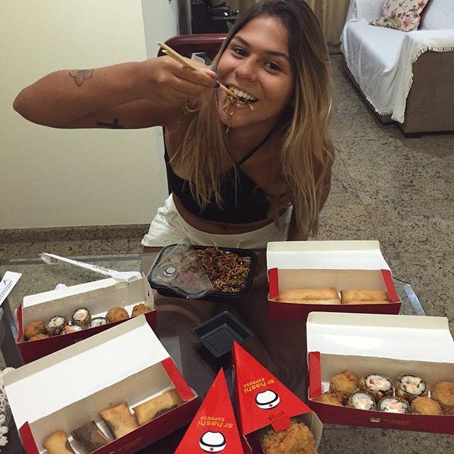 Uma gorda feliz é uma gorda comendo!!! E juro que poderia comer isso todo dia!!! @srhashi o melhor!!!!!! 😍❤️